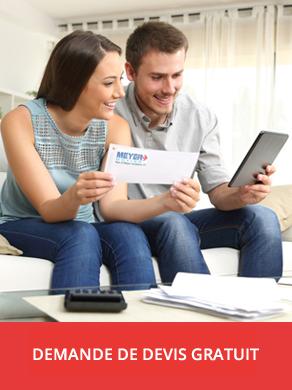 Couple regardant tablette tout en discutant de leurs finances.